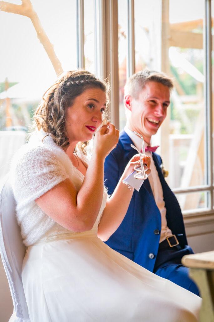 Bruid in tranen tijdens de huwelijksceremonie in de feestzaal. Huwelijksfotografie in reportagestijl