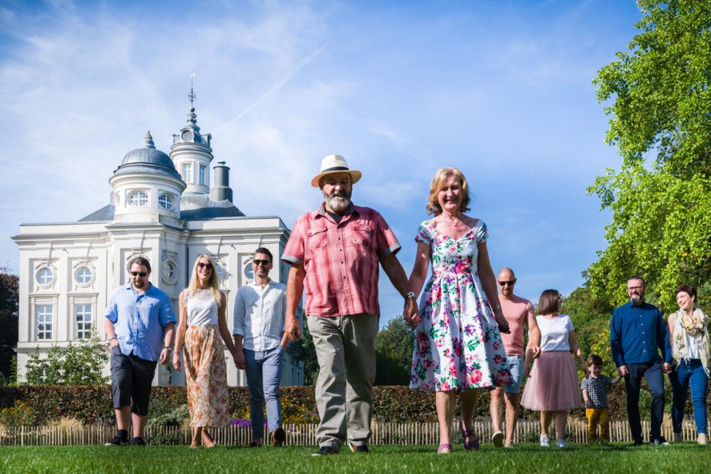 Familie hand in hand wandelend voor kasteel. Familie en portretfotografie