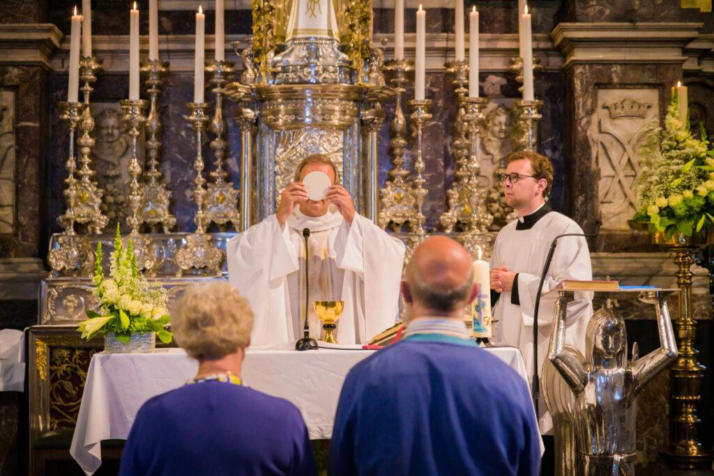 Misviering huwelijksverjaardag koppel en pastoor. Familie en portretfotografie