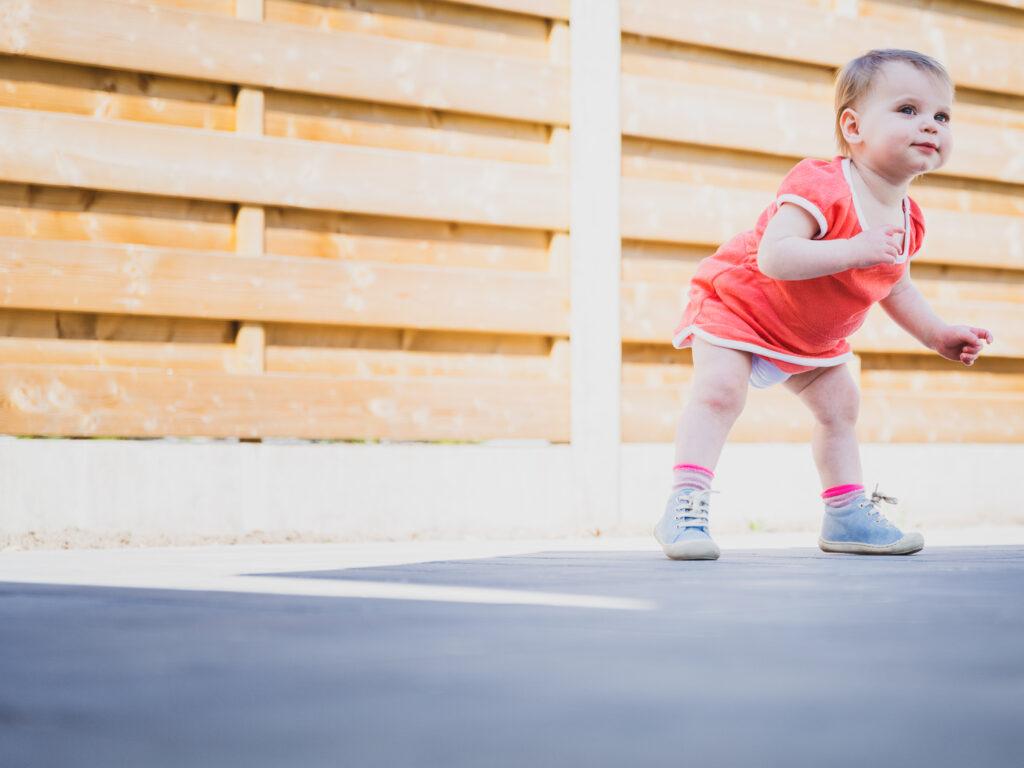 eerste levensjaar van jullie baby. Baby of kindje dat net kan rechtstaan en begint te stappen