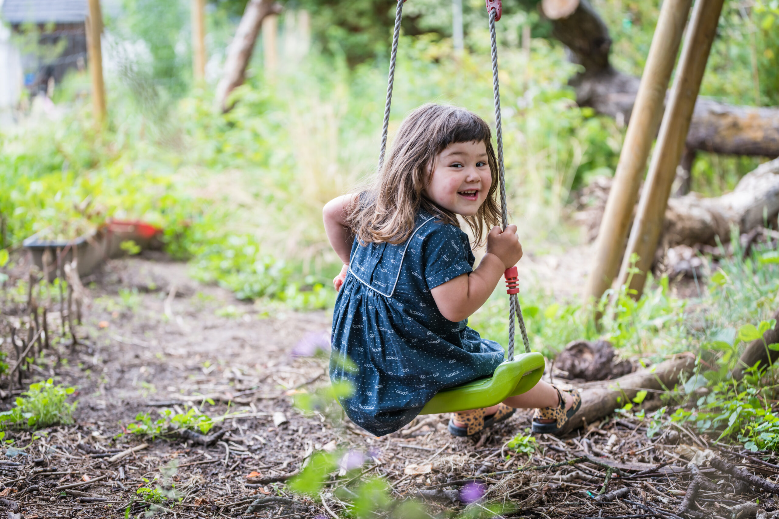 Kindje op schommel in tuin. Familie en portretfotografie