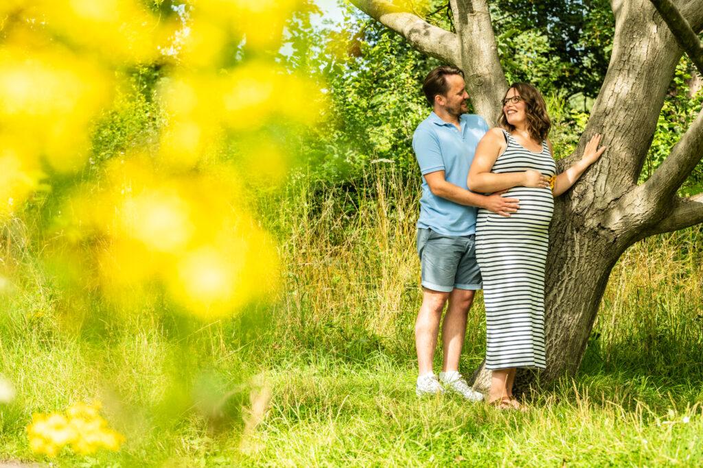 zwangerschapsfoto dikke buik natuur