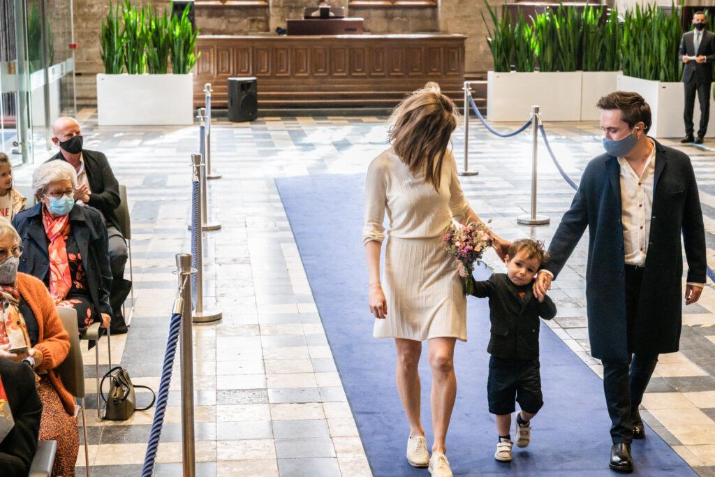 Koppel komt binnen in het gemeentehuis net voor huwelijksceremonie. Huwelijksfotografie in reportagestijl.