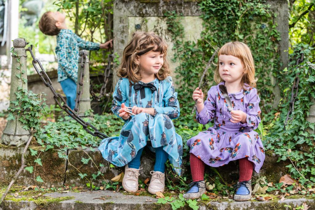 Broer met 2 zussen rondkijken op een graf. Familie-en-portretfotografie-kinderfotografie