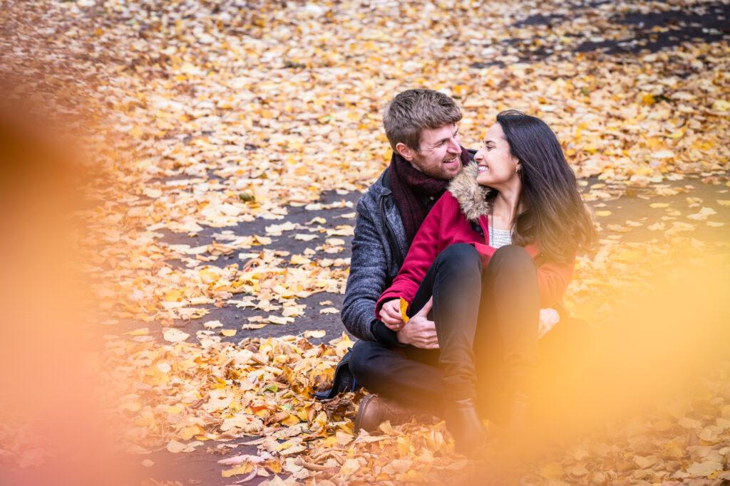 Portret van verliefd koppel zitten tussen de bladeren. Familie-en-portretfotografie
