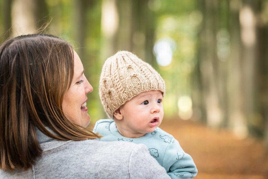 Moeder kijkend naar baby die weg kijkt.. Familie en portretfoto